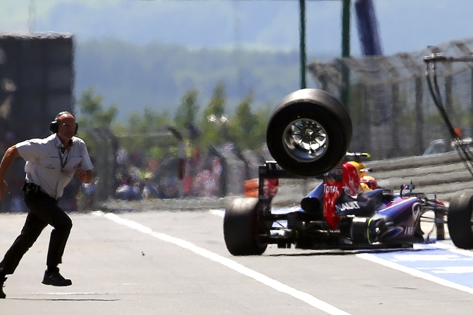 webber-f1-loose-tire